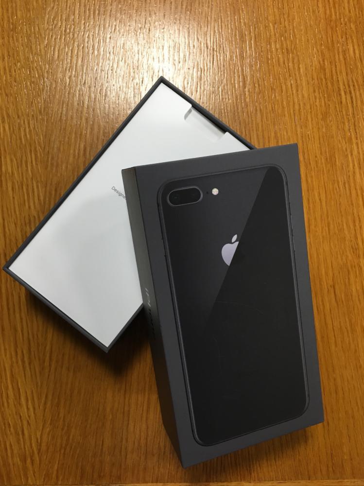 iPhone 8+ box